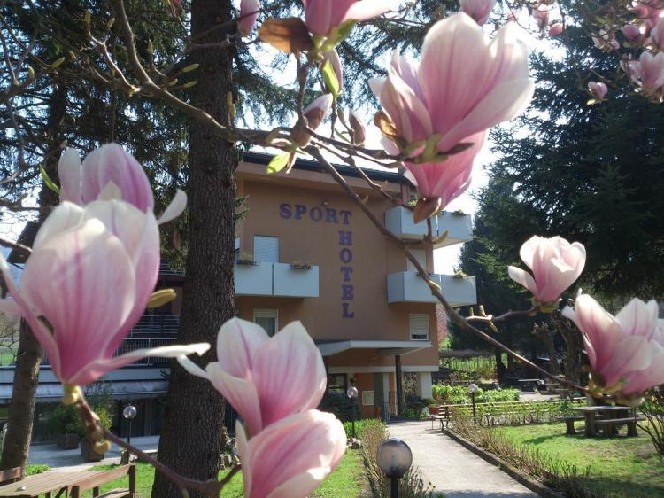 Hotel Sport entrata fiorita magnolia