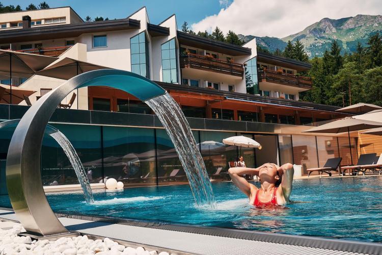 piscina-esterna-acqua-termale-comano-terme