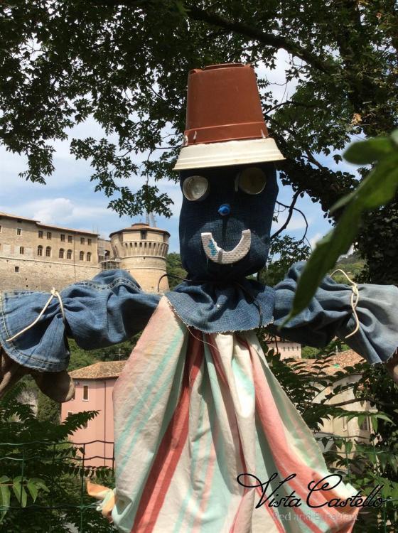 Spaventapasseri in giardino - B&B Vista Castello