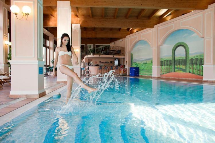 hotel con piscina comano