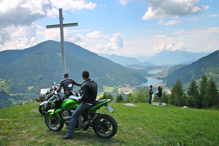 moto e panorama due laghi