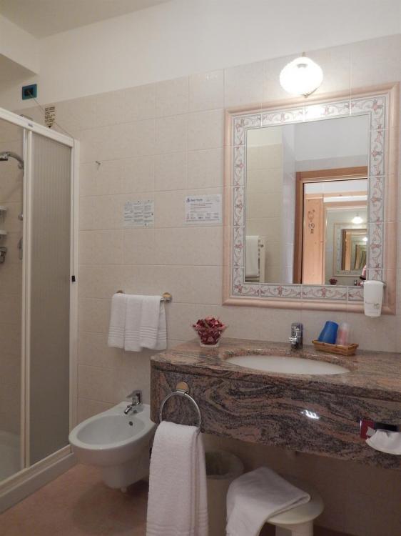 Bagno camera Panorama Hotel Vittoria Dimaro