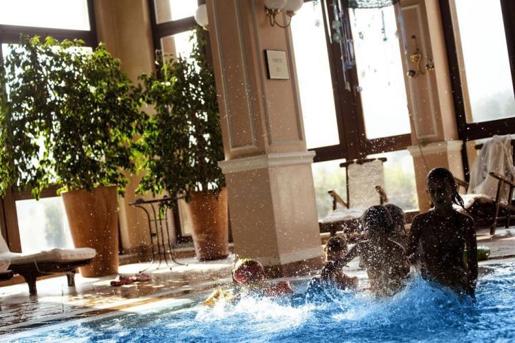 Piscina dell'hotel Comano Cattoni Holiday