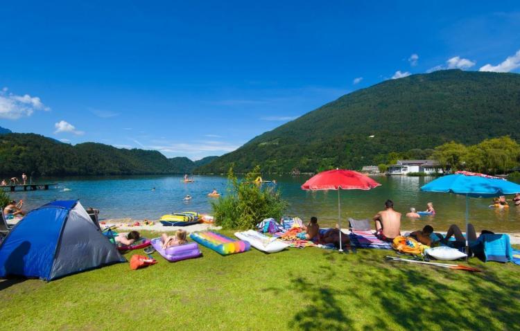 Spiaggia al camping Lago di Levico